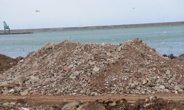 Rize'de enkaz, deniz dolgu malzemesi oldu