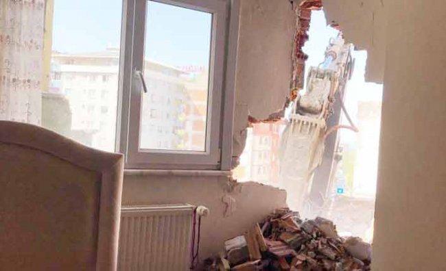 Yıkım Sırasında Bitişikteki Evin Duvarı Delindi