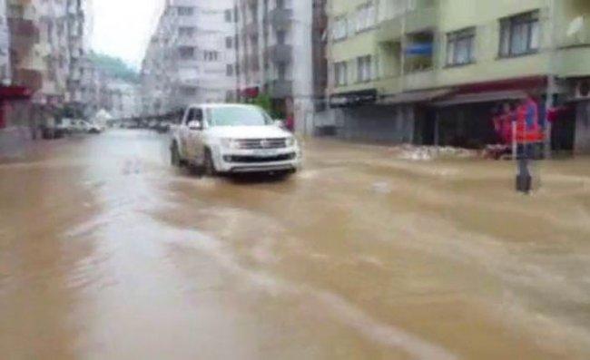 Arhavi ilçe merkezinde sokaklar yine göle döndü