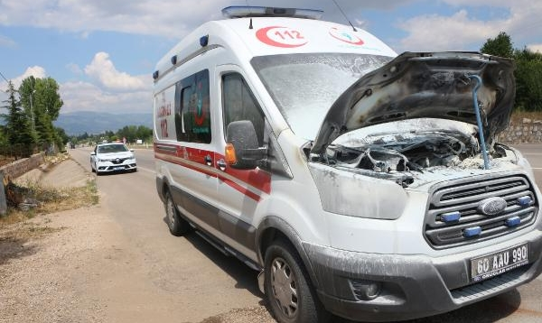 Hasta nakledilen ambulanstaki yangını sürücü söndürdü