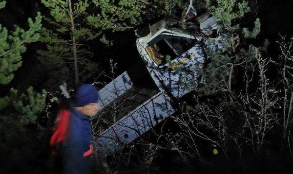 Kamyonet uçuruma yuvarlandı: 2 ölü, 1 yaralı