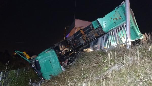 Açık unutulan damperi gişeye çarpan kamyon şarampole devrildi